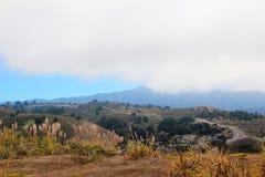 Góry i mgła blisko Pacifica, CA obrazy royalty free