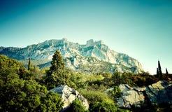 Góry i morze przy zmierzchem Zdjęcia Royalty Free