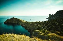 Góry i morze przy zmierzchem błękitny Crimea wzgórzy krajobrazu nagi niebo Obraz Royalty Free