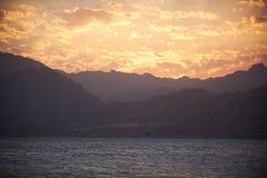 Góry i morze przy zmierzchem Egipt, Dahab Fotografia Royalty Free