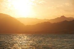 Góry i morze przy zmierzchem Egipt, Dahab Obrazy Stock