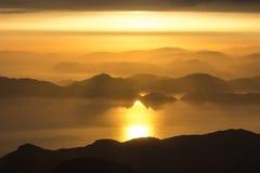 Góry i morze, zmierzch, niebo w pastelowych kolorach, lekka mgiełka, plama obrazy royalty free