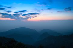 Góry i nieba chmurny krajobraz przy Chiang mai okręgu tha Zdjęcia Stock