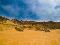 Góry i piaska widok na niebieskie niebo dniu zdjęcia stock