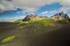 Góry i powulkaniczny lawowy piasek w Stokksness zdjęcie royalty free