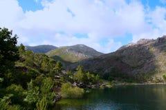 Góry i rzeka Zdjęcia Royalty Free