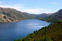 Góry i rzeka Zdjęcie Stock