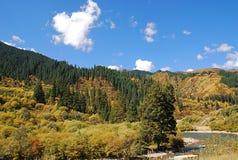 Góry i rzeki pod niebieskim niebem Zdjęcia Stock