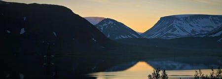 Góry i słońce biegunowy dzień obrazy stock