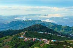 Góry i wioska Fotografia Stock