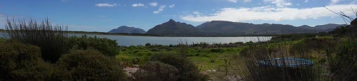 Góry i woda Zdjęcie Royalty Free
