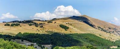 Góry i wzgórza kształtują teren panoramę Włochy Sibillini park narodowy Zdjęcie Stock