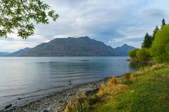Góry jarzy się w zmierzchu nad jeziornym wakatipu, Queenstown, nowy Zealand 7 obrazy royalty free