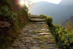 Góry kamienna ścieżka w Hiamalayas z zmierzchu światłem słonecznym Zdjęcie Royalty Free
