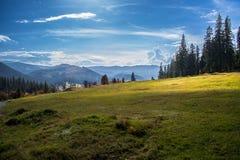 Góry krajobrazowa panorama, piękno natury tapeta z niebieskim niebem i zielona trawa, Obrazy Stock