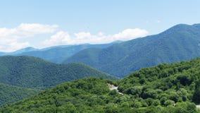 Góry krajobrazowa panorama Zielona roślinność na skłonach, sno Zdjęcia Stock