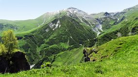 Góry krajobrazowa panorama Zielona roślinność na skłonach, sno Zdjęcie Stock