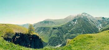 Góry krajobrazowa panorama Zielona roślinność na skłonach, sno Obraz Royalty Free