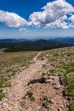 Góry krajobrazowa sceneria z niebieskim niebem nad timberline Obrazy Royalty Free