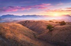 Góry krajobrazowy i kolorowy niebieskie niebo Zdjęcia Stock