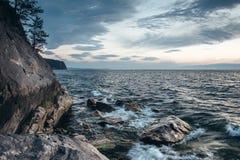 Góry krajobrazowy i mgłowy jezioro fotografia royalty free