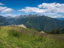 Góry kształtują teren w wiośnie w Valtellina Fotografia Royalty Free