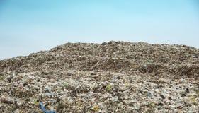 Góry który jedzą istoty ludzkie śmieci i urlop są wypiętrzają w górę fotografia stock