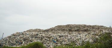Góry który jedzą istoty ludzkie śmieci i urlop są wypiętrzają w górę obrazy stock