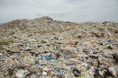 Góry który jedzą istoty ludzkie śmieci i urlop są wypiętrzają w górę zdjęcie royalty free