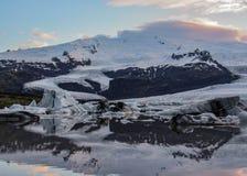 Góry lodowej laguna Fjallsarlon z spławowymi górami lodowymi i dramatyczny nieba odbicie w wodzie, Vatnajokull park narodowy, Poł obraz stock