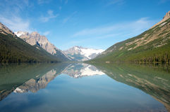 Góry, lodowowie i drzewa, odbijali w wysokogórskim jeziorze fotografia royalty free