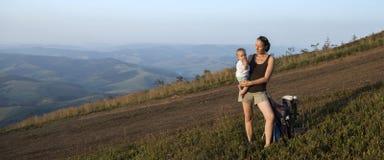 Góry matka z dzieckiem i krajobraz Zdjęcia Royalty Free