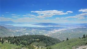 Góry miasteczko i jeziorny szeroki krajobraz zbiory