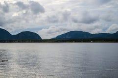 Góry, morze i domy wzdłuż Niewygładzonej linii brzegowej Blisko do Humber ręki południe w wodołazie, Zdjęcia Stock