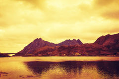 Góry morzem przy zmierzchem Obraz Stock