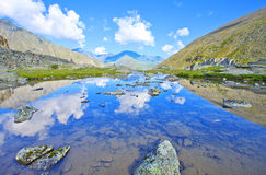 Góry odbicie w glacjalnym jeziorze zdjęcie royalty free