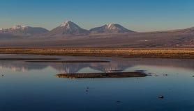 Góry odbijać przy jeziorem Zdjęcie Royalty Free