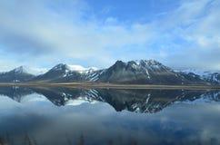 Góry Odbija w wodzie na Snaefellsnes półwysepie Obrazy Royalty Free