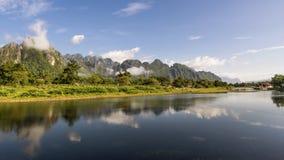 Góry odbijają w nawadniają Nam Pieśniowa rzeka w Vang Vieng, Laos zdjęcia stock