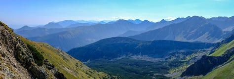 góry odgórna panorama w jesieni zakrywającej w mgle lub chmurach obraz royalty free