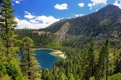 Góry otacza szmaragd Trzymać na dystans przy Jeziornym Tahoe, Kalifornia, usa Obrazy Stock