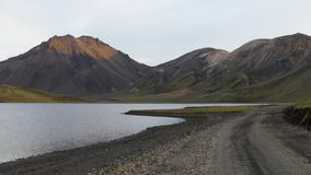 Góry, piękny jezioro i droga, obraz stock