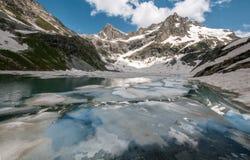 Góry, podróż, natura, śnieg, chmury, rzeki, jeziora fotografia stock