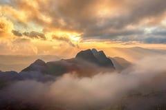 góry przez zachodem słońca Obrazy Royalty Free