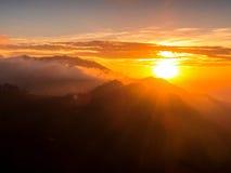 góry przez zachodem słońca Zdjęcie Stock