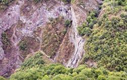 Góry siklawy krajobrazowi przepływy zestrzelają falezę Zdjęcia Stock