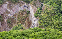 Góry siklawy krajobrazowi przepływy zestrzelają falezę Zdjęcia Royalty Free