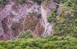 Góry siklawy krajobrazowi przepływy zestrzelają falezę Obrazy Royalty Free