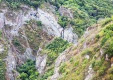 Góry siklawy krajobrazowi przepływy zestrzelają falezę Fotografia Royalty Free