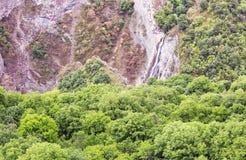 Góry siklawy krajobrazowi przepływy zestrzelają falezę Obrazy Stock
